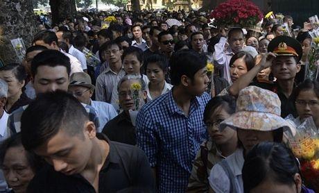 Lượng người đổ về căn nhà cổ trên phố Hoàng Diệu ngày một đông.