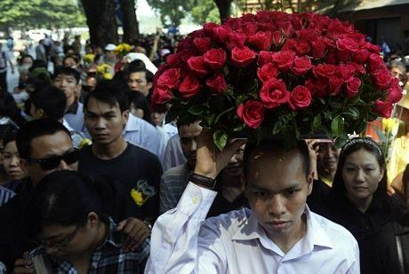 ... hay những bông hoa tươi để bày tỏ tình cảm kính trọng dành cho vị Tướng già.