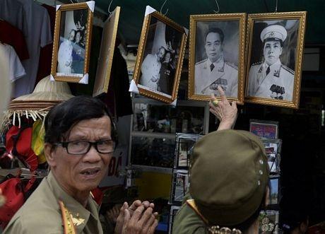Các cựu chiến binh chọn mua một khung ảnh của Đại tướng.