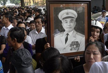 Nhiều người tới viếng mang theo di ảnh của Tướng Giáp...