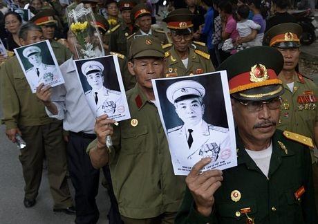 Các cựu chiến binh mang theo ảnh chân dung của Đại tướng Võ Nguyên Giáp khi tới tiễn biệt ông.