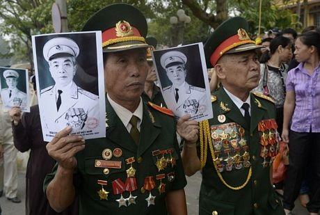 Nhiều vịlão thành cách mạng kiên nhẫn xếp hàng bên ngoài tư gia của Đại tướng Võ Nguyên Giáp.