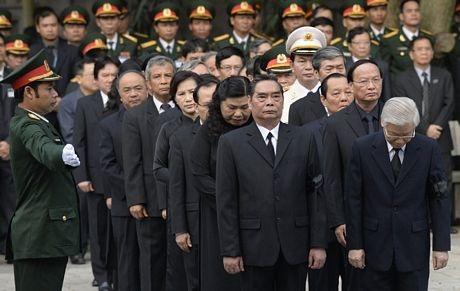 Các lãnh đạo cấp cao vào viếng Đại tướng tại nhà tang lễ quốc gia.