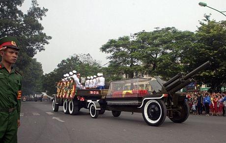 Xe tang được đưa qua các con phố ở Hà Nội trên đường ra sân bay.