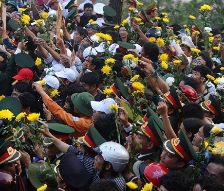 Người dân Quảng Bình mang hoa để bày tỏ lòng thành kính với vị Tướng quá cố.