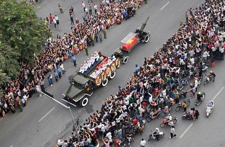 Người dân xếp hàng dài trên phố để tiễn biệt nhà chỉ huy quân sự lỗi lạc của Việt Nam.