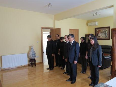 Cán bộ, nhân viên ĐSQ VN tại Hy Lạp kính cẩn mặc niệm Đại tướng Võ Nguyên Giáp.