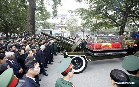Xe chở linh cữu Đại tướng rời nhà tang lễ tới sân bay Nội Bài để đi Quảng Bình.