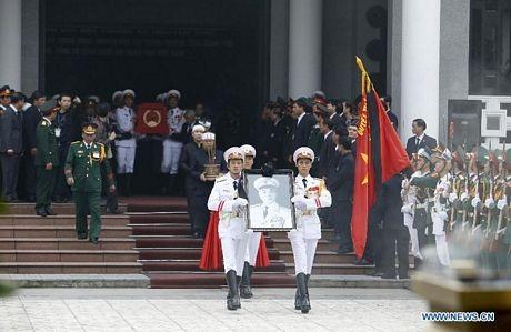 Hàng ngàn người tập trung bên ngoài nhà tang lễ quốc gia để chờ viếng Đại tướng.