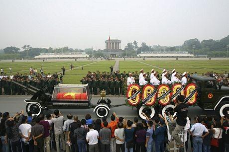 Linh cữu Đại tướng đi qua Lăng Chủ tịch Hồ Chí Minh.