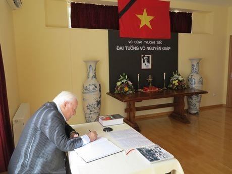 Đoàn công tác Hiệp hội Lữ hành Việt Nam viếng Đại tướng Võ Nguyên Giáp.