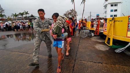Binh sĩ trợ giúp người dân sơ tán tại tỉnh Leyte, Philippines.