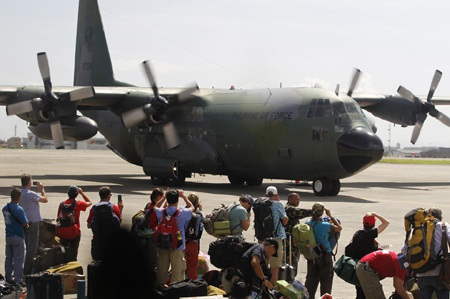 Máy bay vận tải quân sự của Philippines được sử dụng trợ giúp người dân vùng bão.