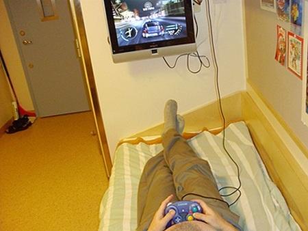 Một tù nhân trọng tội chơi game trong trại giam ở Thụy Điển (ảnh: neogaf)