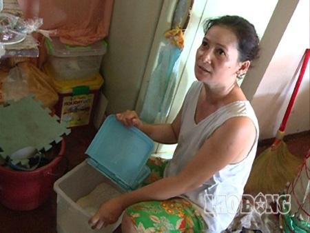Bà Mai Thanh Hương bên thùng gạo chỉ còn đủ vài ngày nữa.