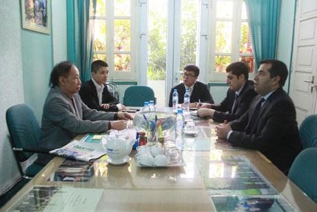 Tổng biên tập báo điện tử Dân Trí Phạm Huy Hoàn (trái) tiếp Đại sứ Azerbaijan Anar Imanov (phải).