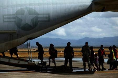 Máy bay quân sự Mỹ di tản người dân ở Tacloban hôm 13/11.