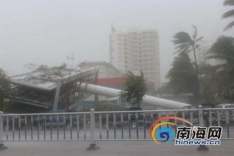 Xetải đang lưu thông bị gió bão quật đổ xuống đường.