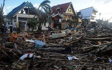 Những bãi rác khổng lồ hậu siêu bão