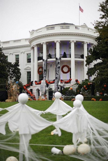 Các bóng ma xuất hiện trên bãi cỏ bên ngoài ngôi nhà nổi tiếng nhất nước Mỹ.