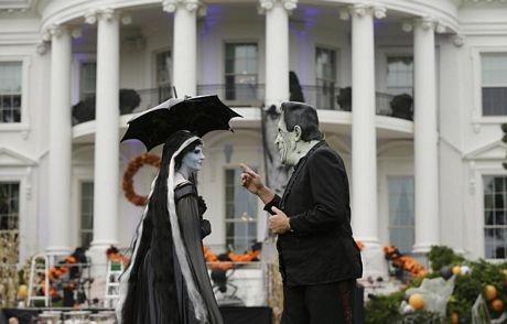Các nghệ sĩ đóng giả quỷ giữ biểu diễn phục vụ các em nhỏ.