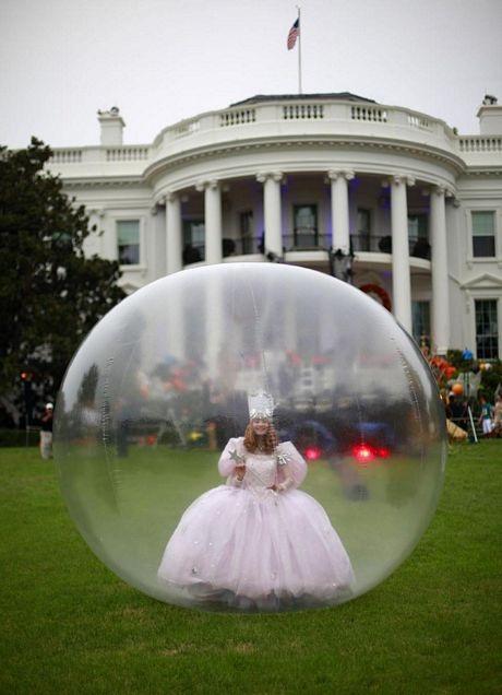 Một nữ nghệ sĩ đứng trong quả bóng khổng lồ biểu diễn phục vụ trẻ em.