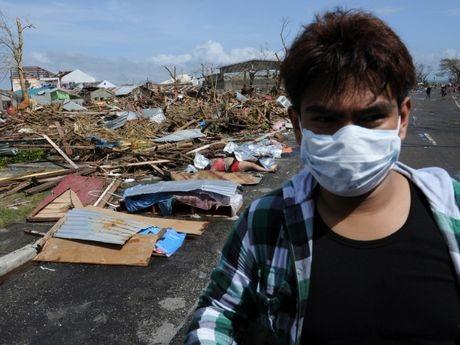 Thi thể của các nạn nhân nằm rải rác trên một con đường ở Tacloban.