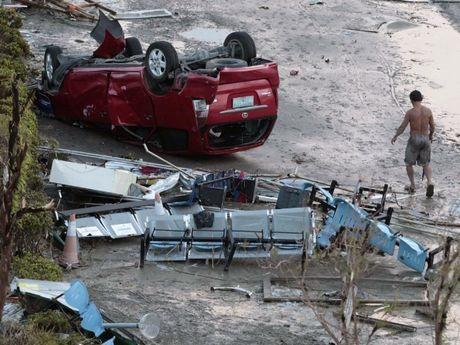 Một chiếc ô tô bị lật ngược trong siêu bão và giờ đây chỉ còn là đống sắt vụn.