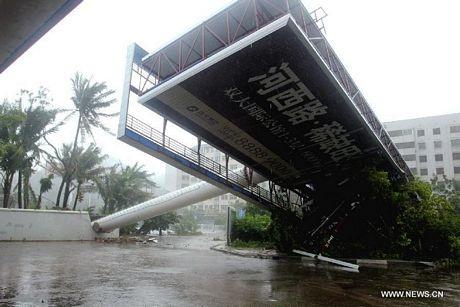 Một biển quảng cáo lớn bị gió bão quật đổ tại thành phố Tam Á trên đảo Hải Nam ngày 10/11.