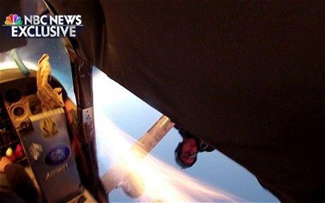 Những người trên máy bay đã vội vàng nhảy dùsau vụ va chạm.