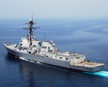 Tàu khu trục USS Mustin và...