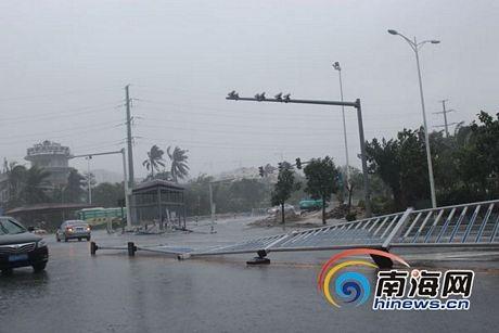 Rào chắn trên đường cũng bị quật đổ.