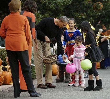 Hôm qua, vợ chồng Tổng thống Mỹ Barack Obama cũng tiến hành phát kẹo cho các em nhỏ.