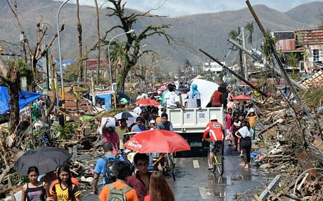 Người dân địa phươngđang khẩn trương dọn dẹp hậu quả của bão Haiyan.