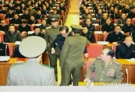 Hình ảnh ông Jang Song-thaek bị 2 binh sĩ giải đi.