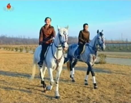 Kim Yo-jong (trái) cưỡi ngựa cùng cô ruột Kim Kyong-hui.