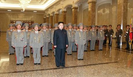Ông Kim Jong-un cùng các quan chức vào lăng viếng cha hôm 24/12.