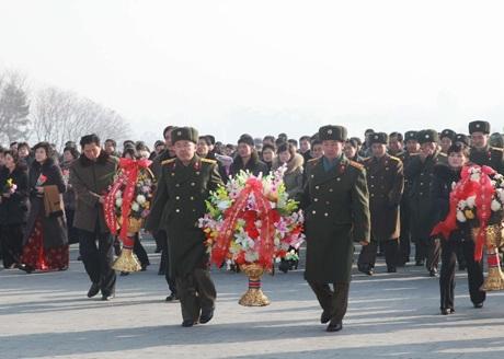 Người Triều Tiên dâng hoa tưởng nhớ cố Chủ tịch Kim Jong-il.