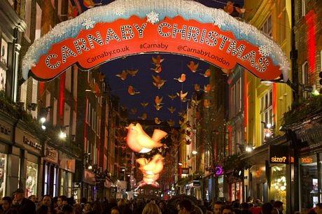 Một con phố ở trung tâm thủ đô London được trang trí đẹp mắt trước mùa Giáng sinh.