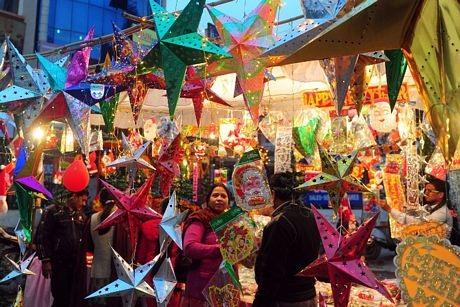 Các đồ trang trí Giáng sinh được bày bán bên đường phố ở Allahabad, Ấn Độ.