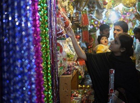 Một phụ nữ đi mua quà trước dịp Giáng sinh tại Karachi, Pakistan.