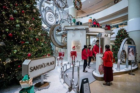 Không khí Giáng sinh bên trong một trung tâm mua sắm ở Hồng Kông, Trung Quốc.