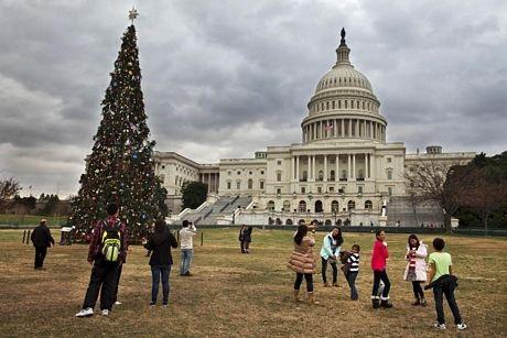 Cây thông Noel bên ngoài trụ sở quốc hội Mỹ tại thủ đô Washington.