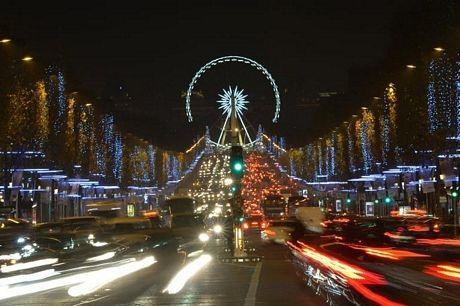 Đại lộ Champs Elyseesở thủđô Paris, Pháplung linh về đêm trước lễ Giáng sinh.