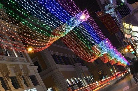 Một trong những con phố mua sắm chính ở Rome rực rỡ ánh đèn màu.