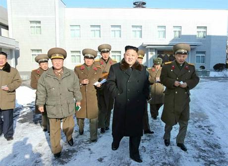 Ông Kim Jong-un cùng các quan chức thị sát Viện Thiết kế.