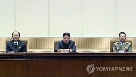 Ông Choe Ryong-hae (phải) ngồi ngay cạnh nhà lãnh đạo Kim Jong-un trong buổi lễ.