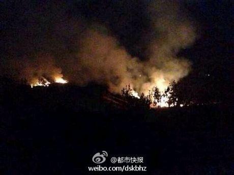 Đám cháy gây ra sau vụ tai nạn trực thăng.
