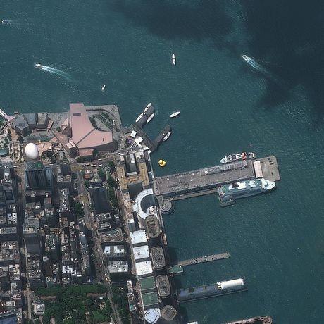 Vịt cao su khổng lồ màu vàng tại bến cảng Hồng Kông, Trung Quốc được nhìn thấy từ vệ tinh.