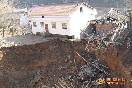 Các chuyên gia từ Sở đất đai và tài nguyên Tứ Xuyên đang điều tra nguyên nhân của vụ sụt lún.